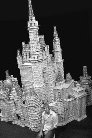 construtor orgulhoso de seu grande castelo de cartas