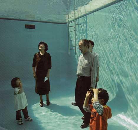familia vestida dentro de uma piscina cheia