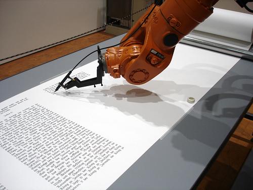 braco robot escrevendo livro