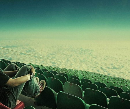 Pessoa sozinha em arquibancada assistindo nuvens