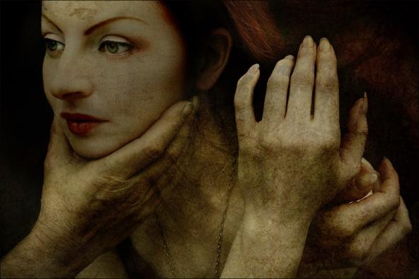 mão intrigante segurando mulher bonita pelo pescoço