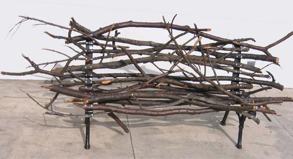 Banco feito de galhos de árvore