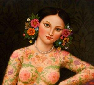 Mulher tatuada de flores com seios descobertos