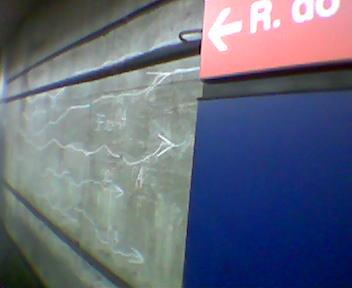 riscos de giz na parede do metrô