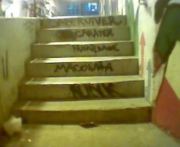 escada pichada com as palavras saber viver, carater, humildade, maconha