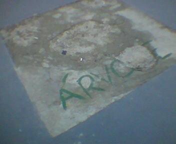 quadrado de cimento na calçada escrito \