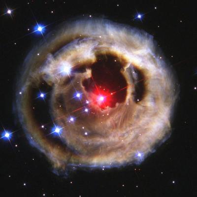 estrela vermelha ao centro de uma nebulosa circular
