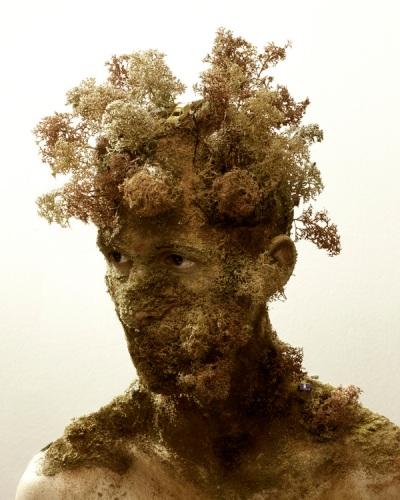 pessoa coberta de vegetação