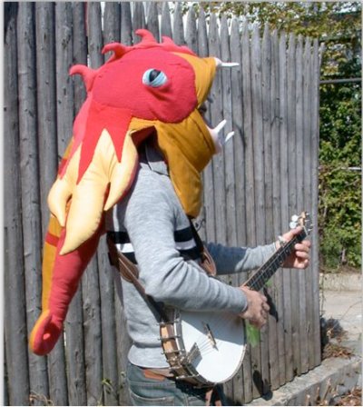 Máscara de monstro de pelúcia em tocador de banjo