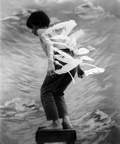 menino com penas nos braços, preparando pra voar