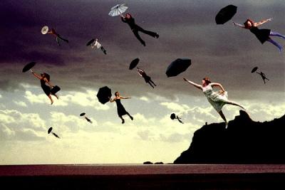 pessoas voando de guarda-chuva