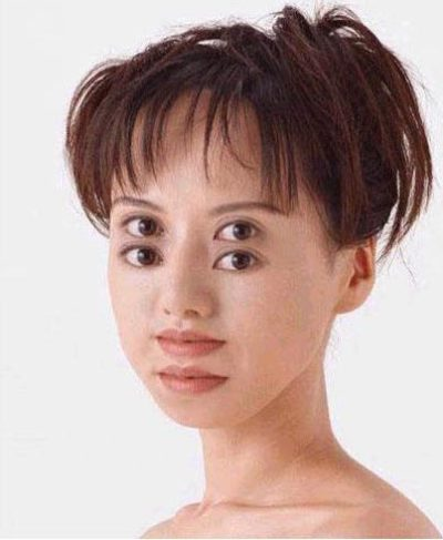 Japonesa com olhos e boca duplos