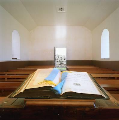 biblia aberta em capela vazia