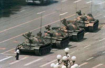 homem em frente a fileir a tanques, china praça da paz