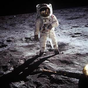 astronauta americano de frente andando na lua