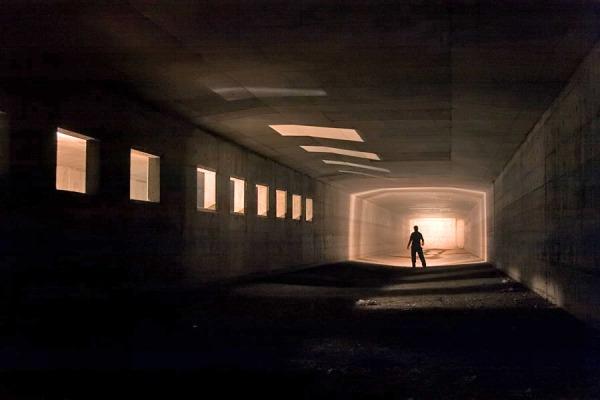 homem silhueta num tunel imenso