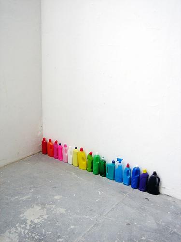fileira na parede de garrafas coloridas arco-iris