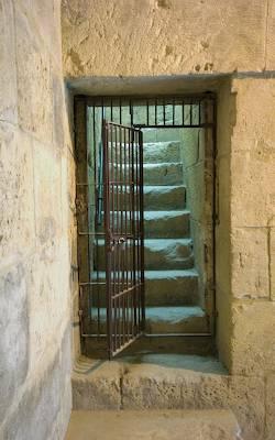 Grade de prisão aberta levando a escada que sobe
