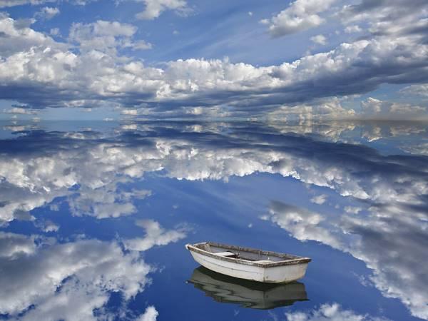 barco vazio sobre céu e mar lindos