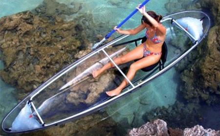 caiaque com mulher em mar transparente