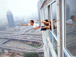 sujeito tentando escapar pela janela