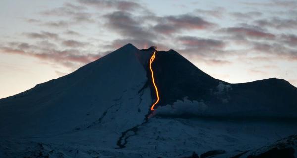 vulcão comr io de lava