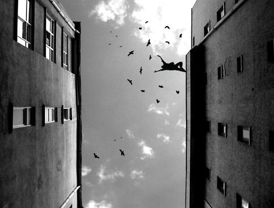 pulando de um predio aoutro, visto de baixo