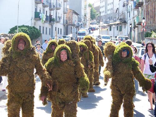 passeata de pessoas fantasiadas de musgo