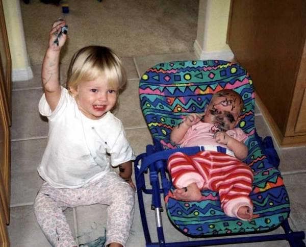 criança que riscou o irmao bebê inteirinho exibe feliz a caneta