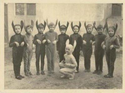 grupo de crianças vestidas de coelho em foto antiga