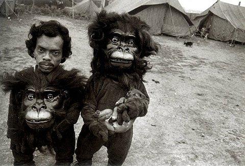 dupla de anões com roupas de gorila
