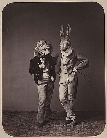 dupla com máscaras de coelho e porco-espinhos em foto antiga