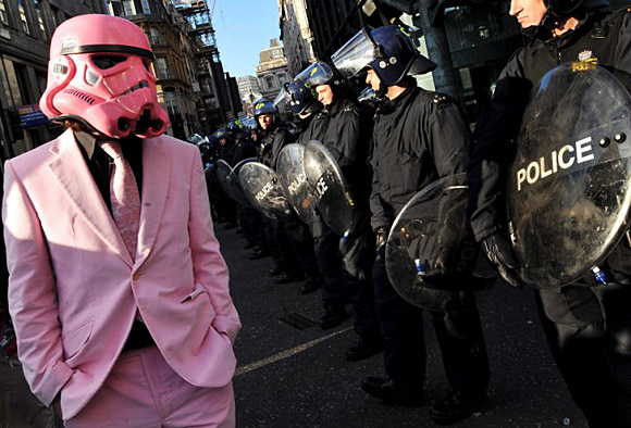 artwarsnet_pink-stormtrooper-protester-at-the-g20