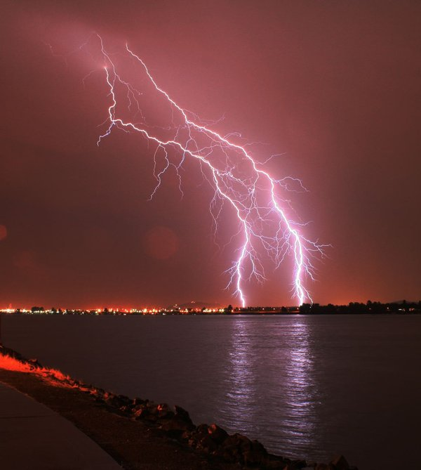 theroxor.com_2009_07_12_the-beauty-of-lightning-storms_Lightning_VI_by_BleedingHeart991
