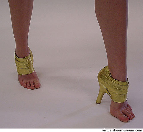 virtualshoemuseum.com-vsm-files-2004-golden-heel-1.jpg