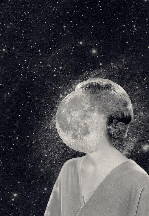 Fotomontagem preto e branco com mulher estilo anos 50 com vestido simples cinza cabelo levemente ondulado e com rosto fundido à Terra tendo de fundo o universo, estrelas