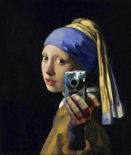 Pedaço do quadro Moça com brinco de pérola onde a moça está apontando uma câmera automática de fotografia para o espectador