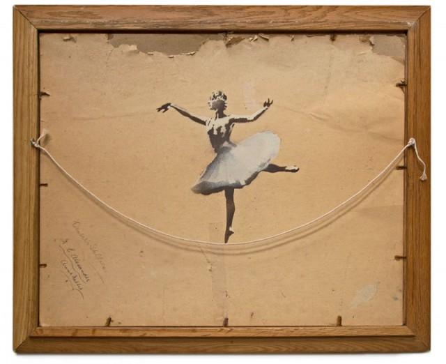 verso de um quadro com bailarina clássica (grafitada pelo Banksy) se equilibrando sobre a corda de pendurar o próprio quadro