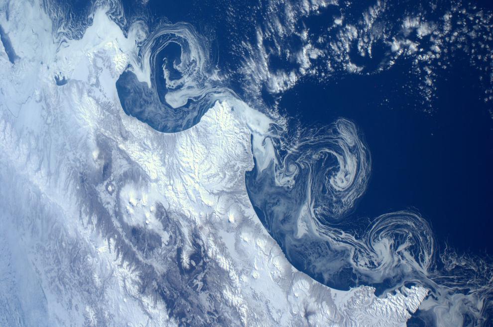 Geleiras formando baías espirais vistas da estação espacial ISS