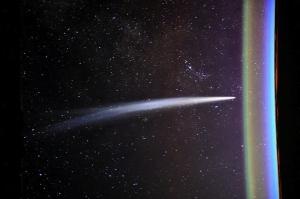 Cometa pairando no espaço em direção da Terra, como se fosse atingir, foto tirada da estação espacial ISS