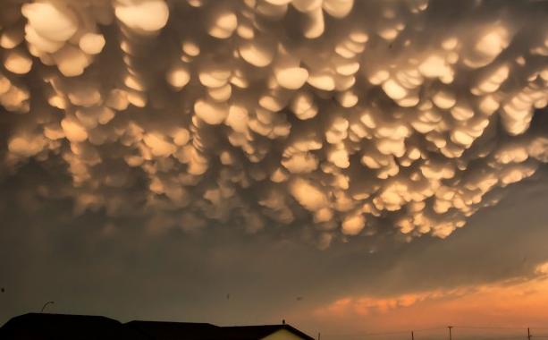 Nuvens alaranjadas no céu cparecendo bolinhas de algodão meio cor de laranja