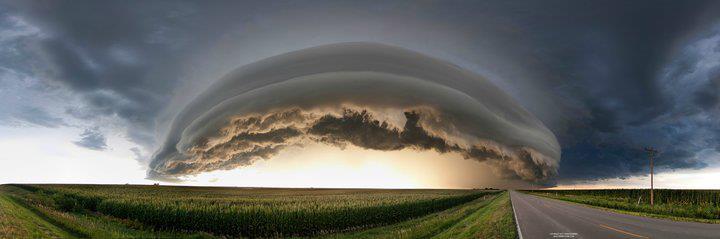 Foto do panorâmica céu mostrando uma nuvem curva com muita luz embaixo