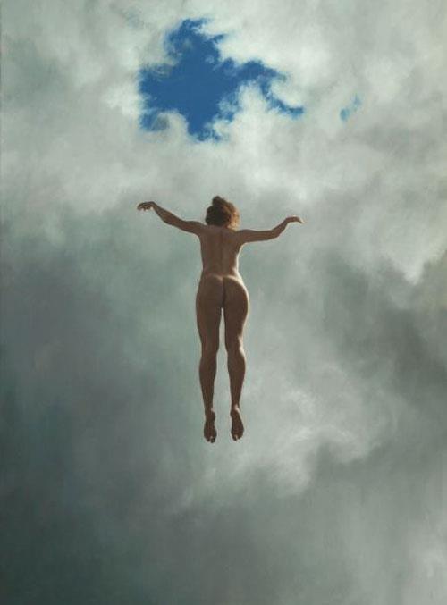 Foto de mulher nua flutuando vista de baixo e de braços abertos como se voasse rumo a um buraco nas nuvens acima dela