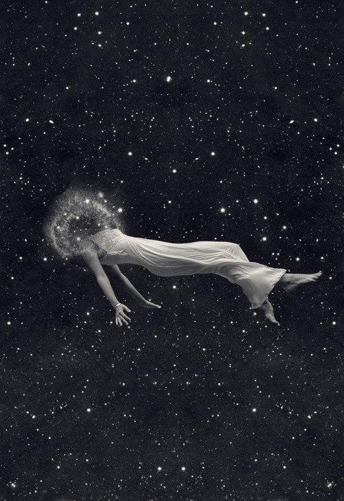 Foto montagem com mulher deitada flutuando no espaço com galáxia no lugar da cabeça