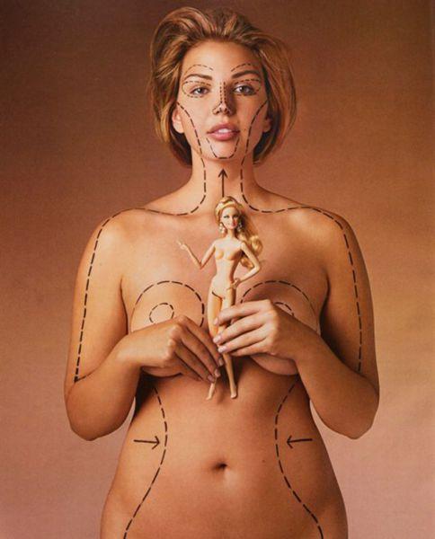 Mulher segurando uma barbie em frente ao corpo e com o seu próprio corpo marcado com linhas reproduzindo as proporções da Barbie