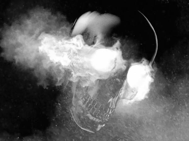 Caveira com fumaça luminosa saindo dos olhos