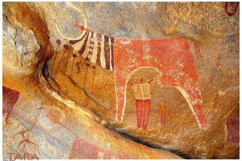 Pintura na parede de uma caverna de um boi avermelhado