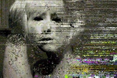 frame de um filme com o rosto de uma pessoa de olhos negros e pele branca como se fosse um fantasma mas a imagem deu erro e está cheia de linhas e pixels quebrados