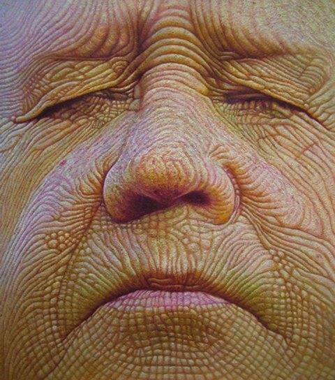 rosto em close de um senhor de olhos fechados com a face desenhada por sulcos e rugas profundos