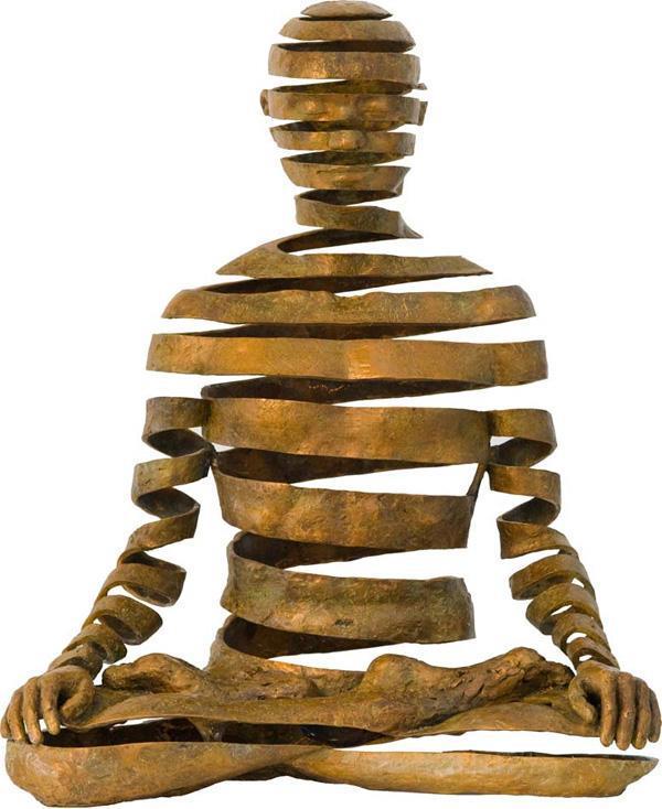 escultura de pessoa sentada em posição de lotus de yoga mas seu corpo é formado por uma única fita cor de corbe que sobe em espiral